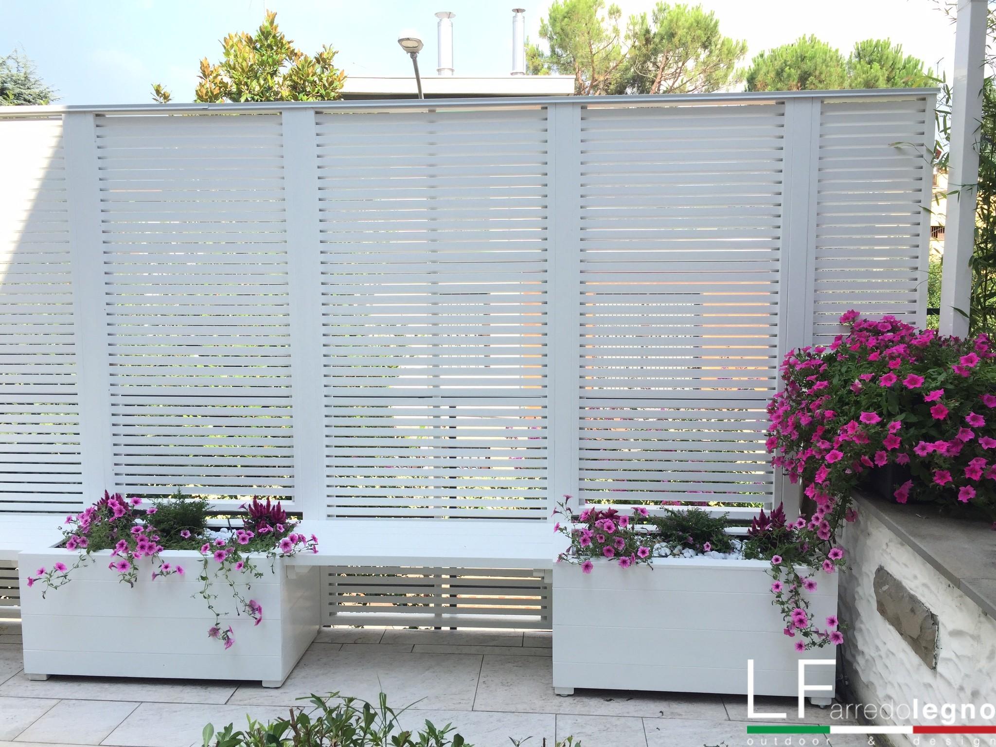 fioriere con sedute e frangivista in legno bianco