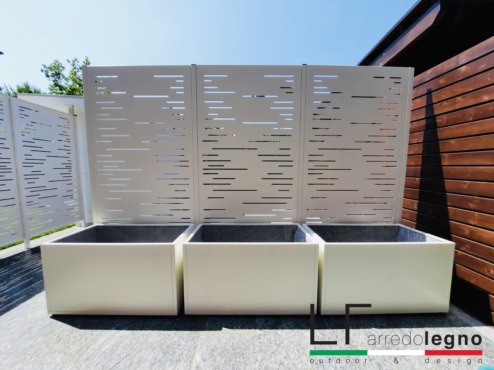 Pannelli frangivista modulari in alluminio modello LINEAR colore bianco con fissaggio a pavimento complete di fioriere in alluminio bianco con fissaggio a pavimento