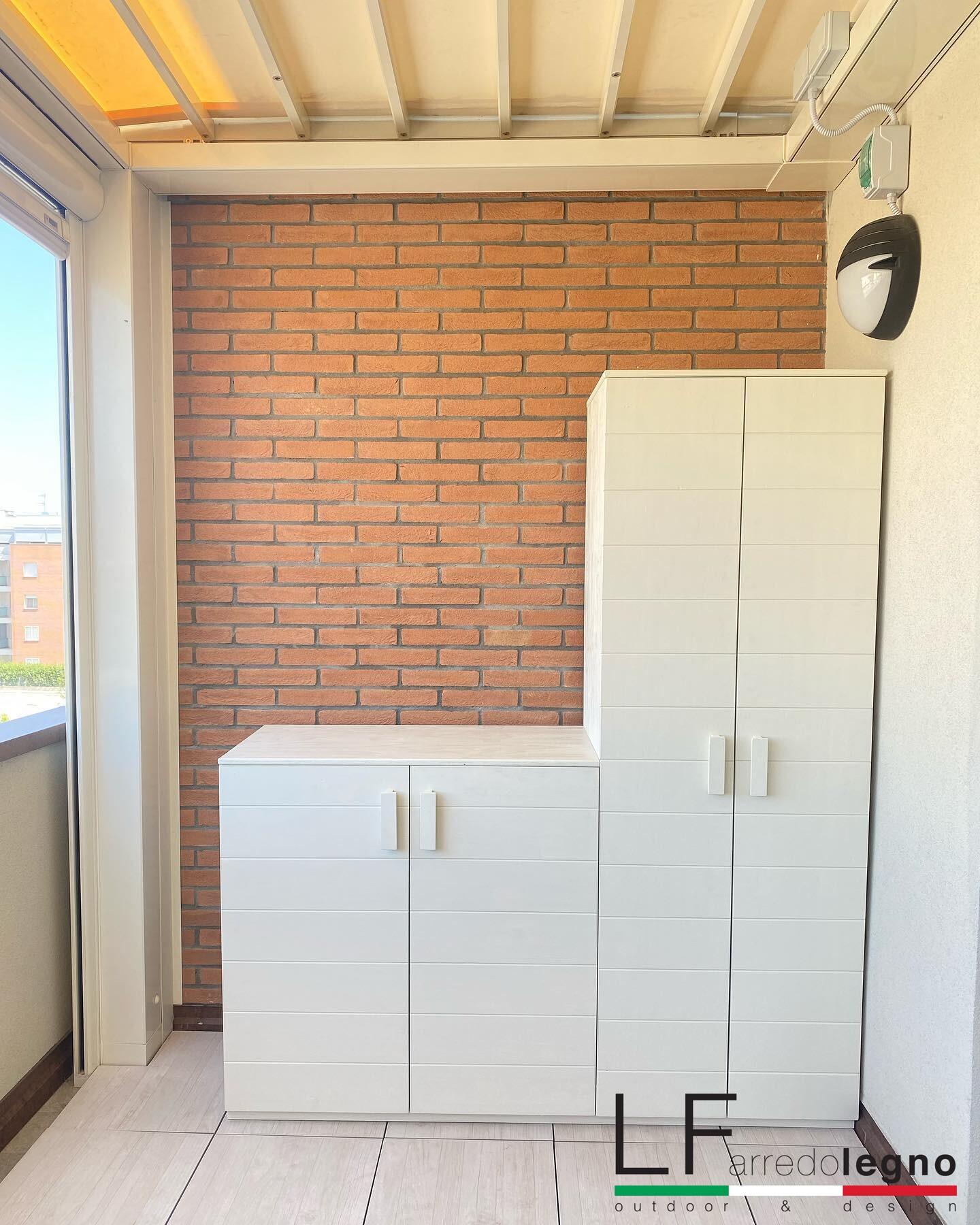 Mobile da esterno su misura con scomparti interni e chiusure a battente colore bianco
