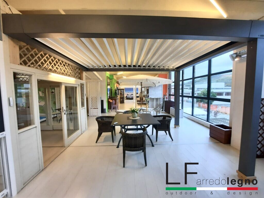 Pergola bioclimatica motorizzata da addossare a parete con lamelle orientabili colore struttura grigio antracite colore lamelle bianco con illuminazione led