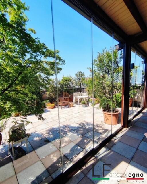 Vetrate panoramiche scorrevoli o impacchettabili in cristallo con funzione protettiva, struttura in alluminio e pannelli in vetro temperato 8-10-12 mm