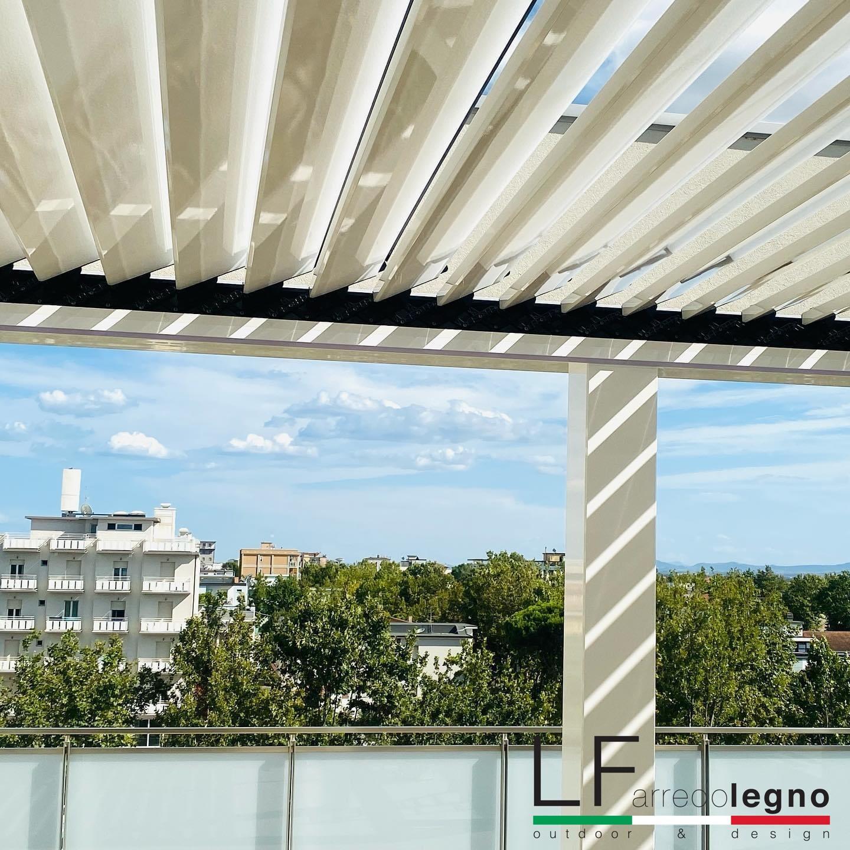 Pergola bioclimatica addossata a parete motorizzata con lamelle orientabili e impacchettabili colore bianco